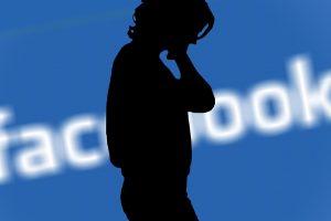 una donna subisce diffamazione su Facebook